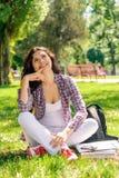 Una donna in una camicia di plaid fotografia stock