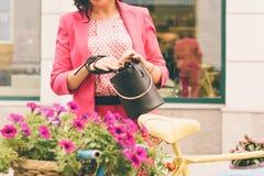 Una donna in vestiti alla moda fotografie stock libere da diritti