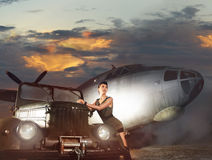 Una donna in vestiti militari su una priorità bassa piana Fotografia Stock