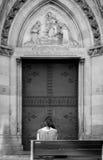 Una doppia porta, banco, ragazza, Spagna immagini stock libere da diritti