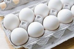 Una dozzina di uova in una scatola Fotografia Stock Libera da Diritti