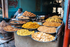 Una drogheria indiana con i piaceri culinari Fotografie Stock Libere da Diritti