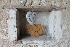 Una ejecución del corazón en un agujero en una pared de piedra Fotografía de archivo libre de regalías