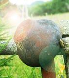 Una ejecución del pote del arrabio en una cerca en el aire abierto en el verano Foto de archivo libre de regalías