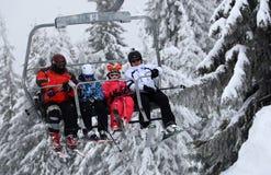 Una elevación en la estación de esquí Pamporovo del invierno Imagenes de archivo