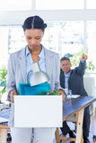 Una empresaria encendida que sostiene la caja fotografía de archivo libre de regalías