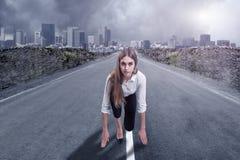 Una empresaria est? lista para correr Concepto de la motivaci?n imagenes de archivo