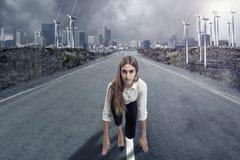 Una empresaria est? lista para correr Concepto de la motivaci?n foto de archivo libre de regalías