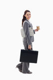 Una empresaria que recorre con una cartera Imagen de archivo libre de regalías