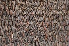Una endecha de piedra gris roja blanca de la teja en una pila filas lisas de las tejas de los ladrillos Textura de la superficie  imagenes de archivo