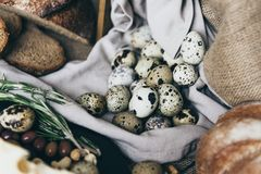 Una endecha plana de huevos minúsculos con pan cocido en mantel elegante Una taza de leche está próxima, haciendo los pares perfe Imágenes de archivo libres de regalías
