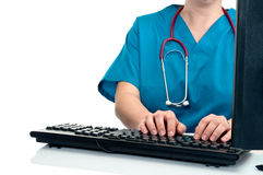 Una enfermera de sexo femenino/datos que entran del doctor fotografía de archivo