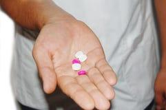 Una enfermera de sexo masculino con la medicación en su mano Foto de archivo libre de regalías