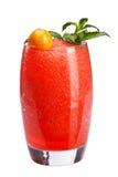 Una ensalada de fruta de restauración Una bebida de restauración con una carne de bayas rojas, adornada con la menta y el physali fotos de archivo libres de regalías
