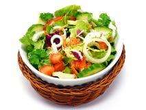 Una ensalada mezclada en una cesta Imagen de archivo libre de regalías