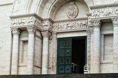 Una entrada antigua con las columnas Imagen de archivo
