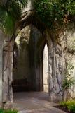 Una entrada de piedra antigua al jardín secreto Fotos de archivo libres de regalías