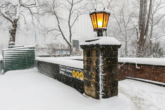 Una entrada del subterráneo al borde del Central Park Imagenes de archivo