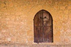 Una entrada delantera de un edificio histórico con una puerta Fotografía de archivo libre de regalías