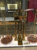 Una escala de cobre amarillo de la balanza, por Howard y Davis de Boston imágenes de archivo libres de regalías