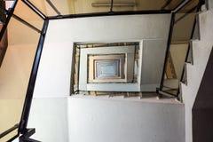 Una escalera cambiante tomada abajo de la visión Foto de archivo libre de regalías