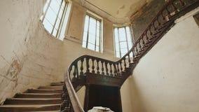 Una escalera con la verja de madera en un edificio arquitectónico abandonado La herencia de los tiempos arquitectónicos del pasad almacen de video