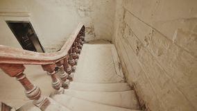 Una escalera con verjas de madera oscuras en un edificio arquitectónico abandonado La herencia del último tiroteo adentro metrajes