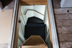 Una escalera de madera en el ático en un interior rústico Imagenes de archivo