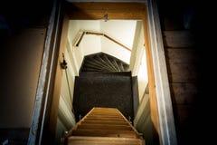 Una escalera de madera en el ático en un interior rústico Foto de archivo libre de regalías