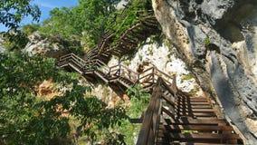 Una escalera de madera sube en a la montaña Fotos de archivo