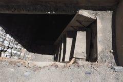 Una escalera de piedra al sótano, los pasos amplios del cemento entra abajo la oscuridad Fotos de archivo libres de regalías