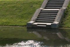 Una escalera de piedra en las escaleras del lago lleva de un camino en el lago abajo Fotos de archivo