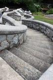 Una escalera de piedra serpentina vieja en el jardín Imagen de archivo