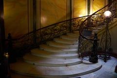 Una escalera espiral en la casa de los hermanos de Eliseev Fotos de archivo libres de regalías