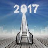 Una escalera móvil para numerar 2017 con el paisaje urbano Fotografía de archivo