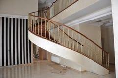 Una escalera original con una curva de la izquierda fotos de archivo libres de regalías