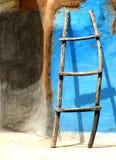 Una escalera retra de la pared Fotografía de archivo libre de regalías