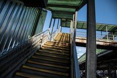 Una escalera vacía que lleva al subterráneo en NYC Imagen de archivo libre de regalías