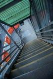 Una escalera vacía que lleva al subterráneo en NYC Imagen de archivo