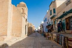 Una escena de la calle de Kairouan En lado izquierdo la gran mezquita de Kairouan en lado derecho hace compras con lugares geomét imagenes de archivo