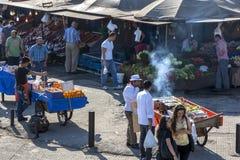 Una escena de la calle muy transitada adyacente al cuerno de oro en el distrito de Karakoy de Estambul en Turquía Imagenes de archivo