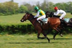 Una escena de una carrera de caballos foto de archivo