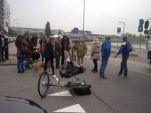 Una escena del accidente de tráfico con una silueta del cadáver que pone en la tierra después de que lo hayan golpeado Imagen de archivo
