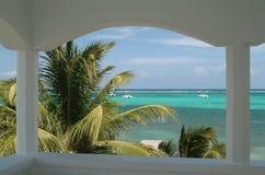 Una escena del Caribe de la playa Foto de archivo libre de regalías