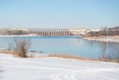 Una escena del invierno de un río con una presa Imagen de archivo libre de regalías