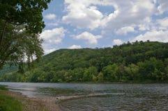 Una escena del río debajo de los cielos bonitos Imágenes de archivo libres de regalías
