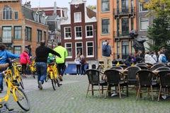 Una escena dinámica de la calle con las bicis amarillas fotografía de archivo libre de regalías