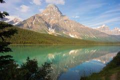 Una escena hermosa en las montañas rocosas imagenes de archivo