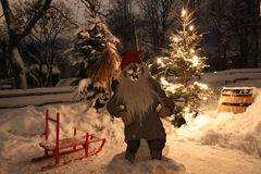 Una escena nevosa del fondo de la Navidad con Papá Noel imagenes de archivo