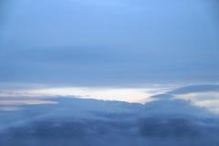 Una escena nevosa del invierno con la nieve que cae de la región cárpata, Ucrania, Europa Imagenes de archivo